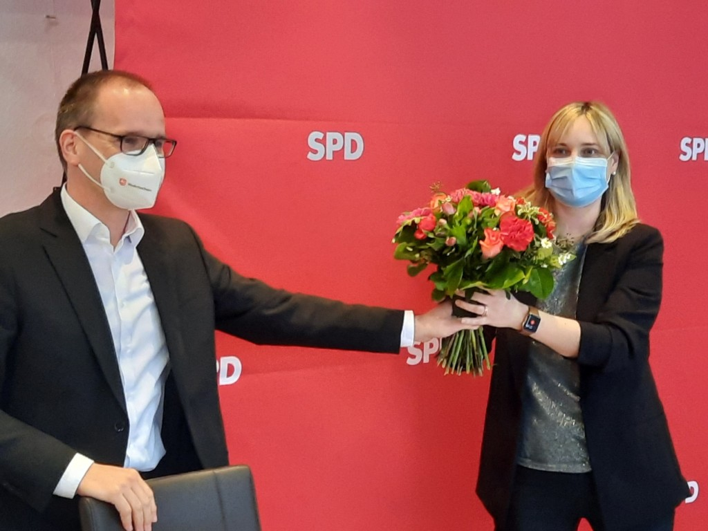 Grant Hendrik Tonne gratuliert Marja-Liisa Völlers.
